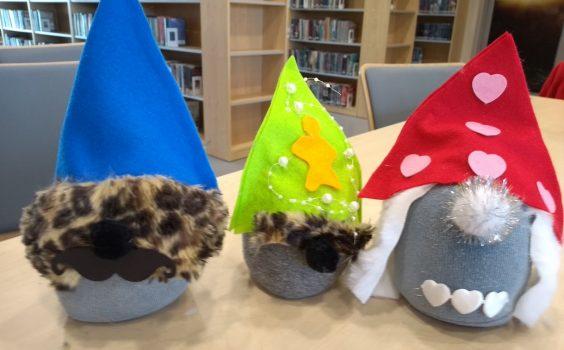 Skarpetkowe gnomy w bibliotece.