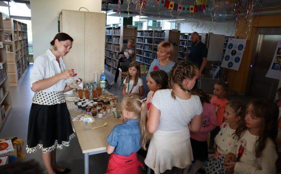 Wspólne świętowanie Międzynarodowego Dnia Kropki, czyli uhonorowanie kropeczkowego projektu z gościem specjalnym – autorką bajek i baśni dla dzieci Wiolettą Piasecką – 10.09.2019 r.