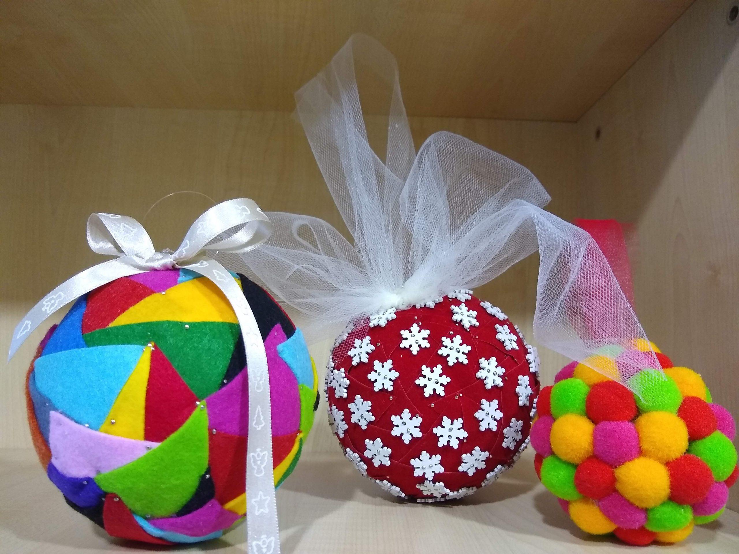 Puchata bombka, czyli świąteczne robótki zręczne online.